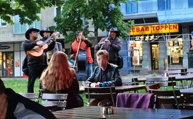 Den norske arrogansen: Et band spiller musikk på Alexander Kiellands plass, blir ignorert av tilskuerne - Carina Behrens, carinabehrens.com