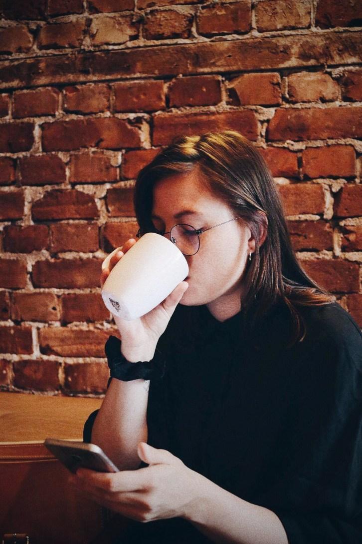 Carina Behrens drikker kaffe på Kulturhuset - carinabehrens.com