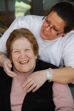 Alumna dando afecto a una anciana.Curso Fórmate para cuidar(2) (FILEminimizer)