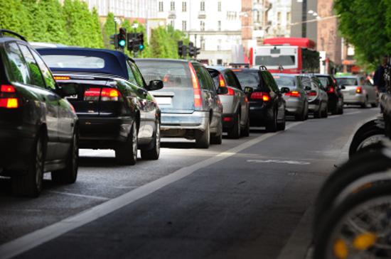 voitures en transit congestionnant la circulation en ville
