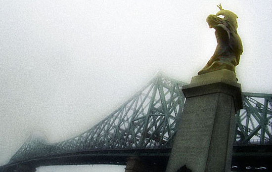 Brume matinale près du pont Jacques-Cartier