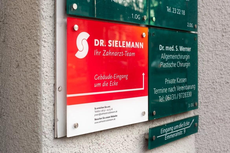 Die neu designte Außenbeschilderung von Zahnarzt Dr. Sielemann in Mainz.