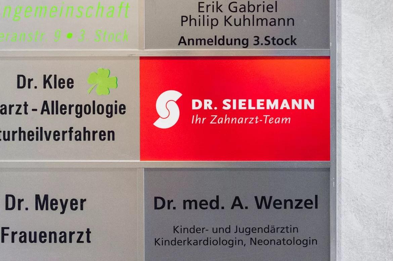 Die gestaltete Etagenübersicht im Flur des Gebäudes in Mainz.