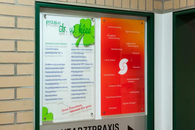 Speziell für den Flur wurde eine Tafel mit Eigenschaften der Zahnarztpraxis Dr. Sielemann in Mainz gestaltet.
