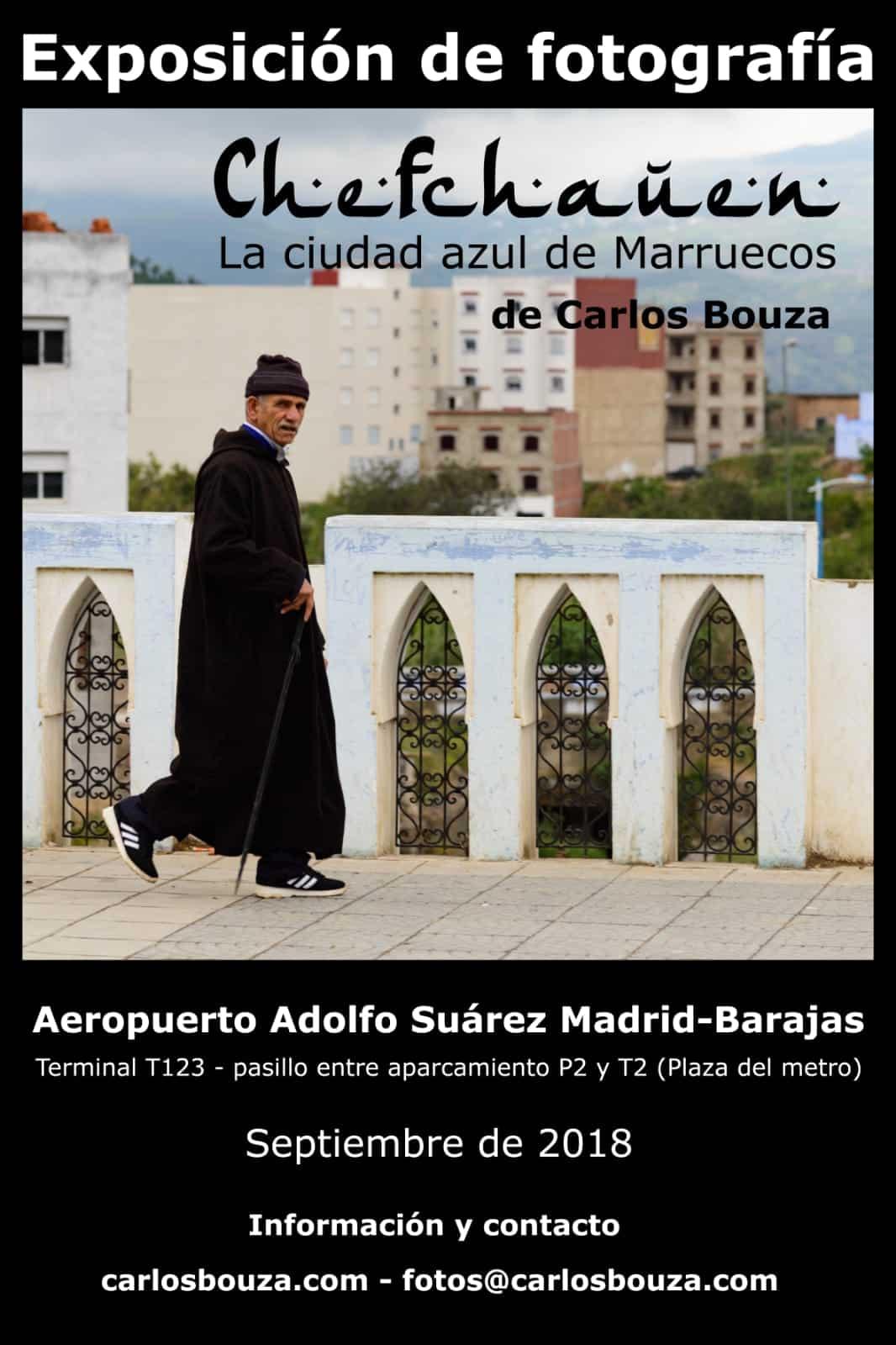 """Cartel de la exposición """"Chefchauen. La ciudad azul de Marruecos"""" en el aeropuerto Adolfo Suárez Madrid-Barajas."""