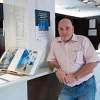 """Carlos Bouza en la inauguración de la exposición """"Chefchauen. La ciudad azul de Marruecos"""" en Eurostars Toledo."""