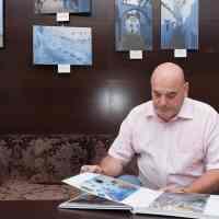 """Carlos Bouza durante la presentación del libro """"Chefchauen. La ciudad azul de Marruecos"""" en Eurostars Toledo."""