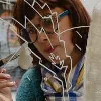 Artista decorando el cristal de un escaparate