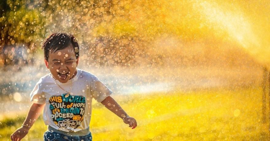 criança feliz correndo