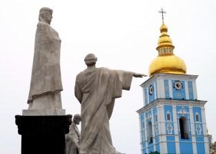 009 - San Mikhailovsky. Campanario y Monumento a la princesa Olga