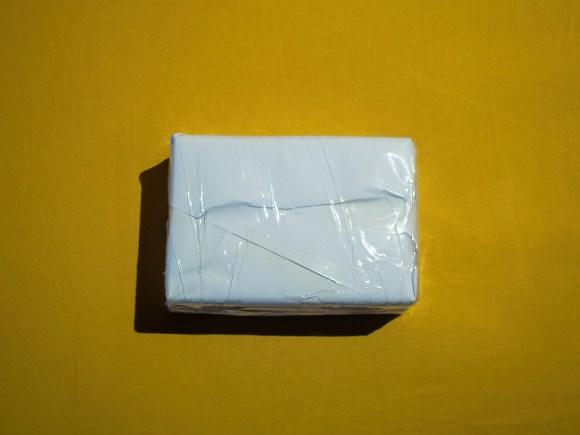 Envoltorio del paquete de envío sin quitar