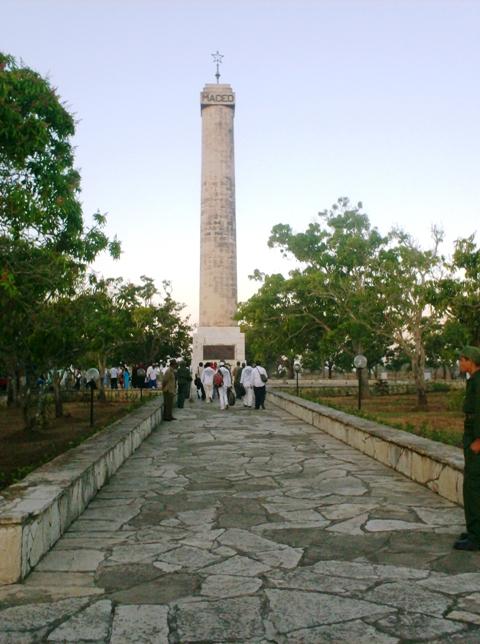 El obelisco de Mangos de Baraguá, casi 30 metros de mármol sin pulir, vertical como la defensa maceísta de los ideales independentistas