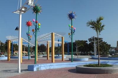 El Parque Azul, con sus coloridas luminarias