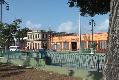 Cervecera Puerto del Rey, y otros edificios que engalanan el Paseo Marítimo