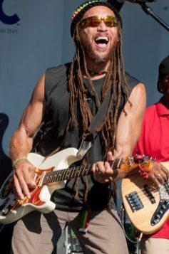 Carlos_Jones_Guitar_Smile_Live(1)