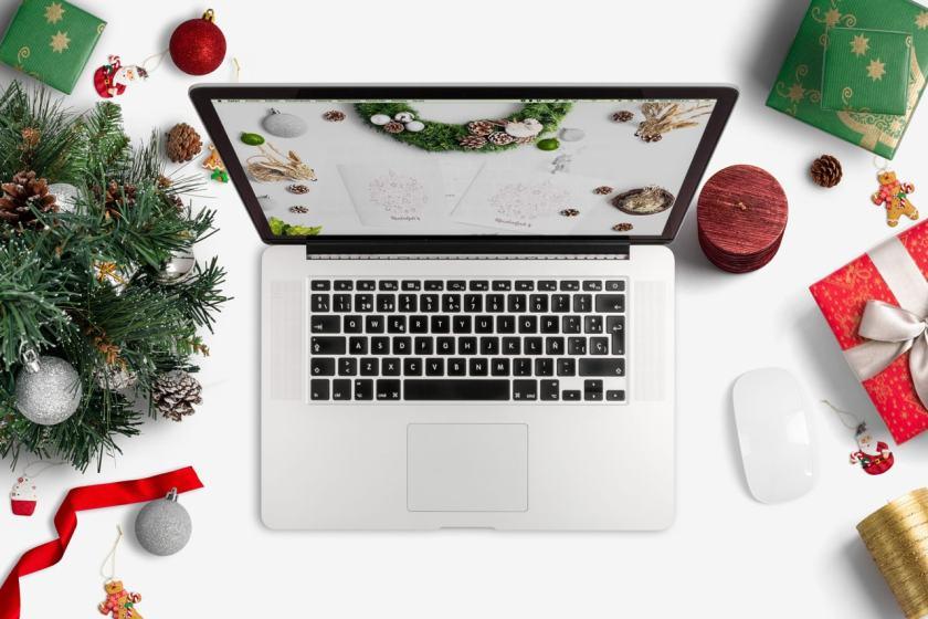 Macbook Christmas Scene Mockup 02 – carlosviloria.com