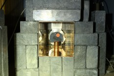 Graded attenuator capsule (copper pipe) holding the smoke detector source is placed in front of the HPGe detector.