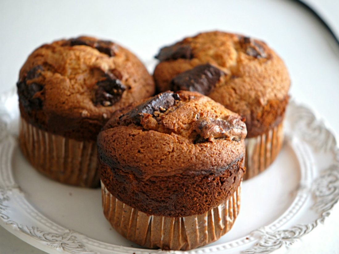 Super Easy and Delicious Healthy Chocolate Chunk Muffins!! Click now to make them!! | carmelapop.com