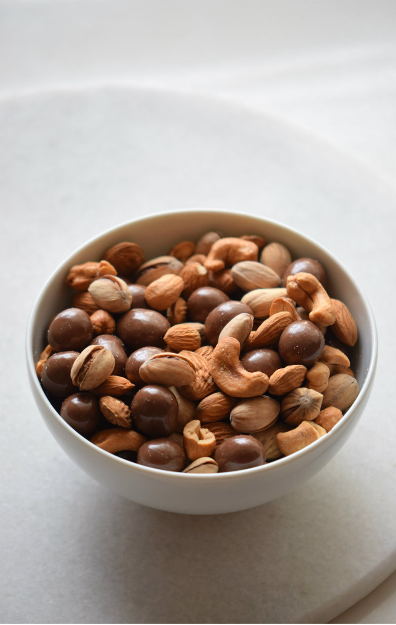 How to make the most delicious Dark Chocolate and Roasted Nuts Bowl! A better for you treat that's out of this world good!! | carmelapop.com