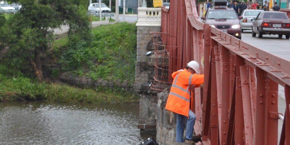 La estructura que apoya hoy el puente es de emergencia y provisoria