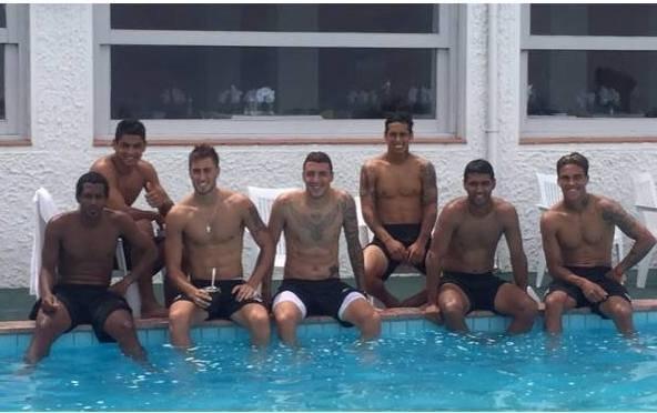 Los jugadores disfrutando de la piscina del hotel.