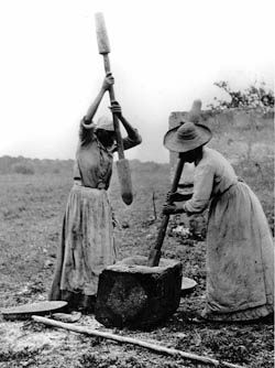 Women pounding rice on Sapelo Island, Georgia, around 1915