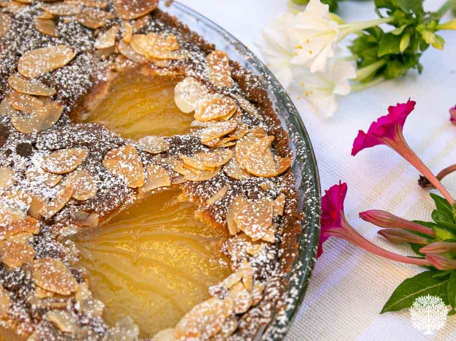 Tarta de almendra y peras al vino