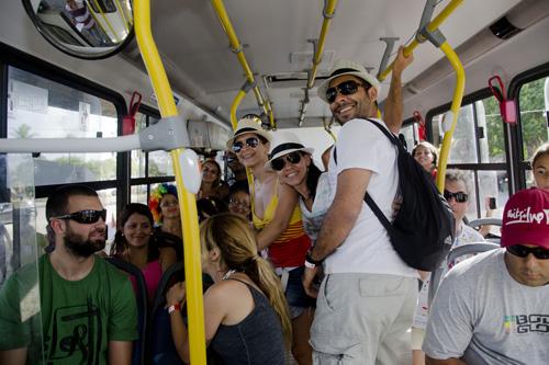 Estacionando o carro, o folião ainda garante o transporte de ida e volta aos focos de folia, em Olinda. – Foto: Jan Ribeiro/Pref.Olinda