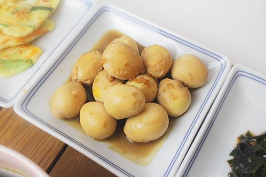Cuisine coréenne: mechurial jangjorim (mijoté d'oeuf de caille)