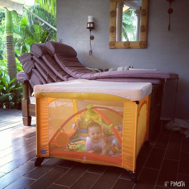 Pour les moustiques, maman m'enferme dans mon parc hihi