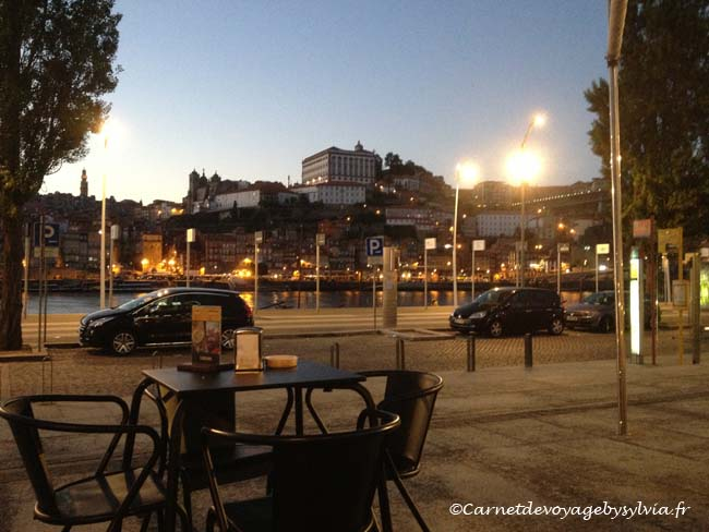 Boire un verre de Porto en terrasse