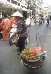 femme avec un palenche remplie de légumes