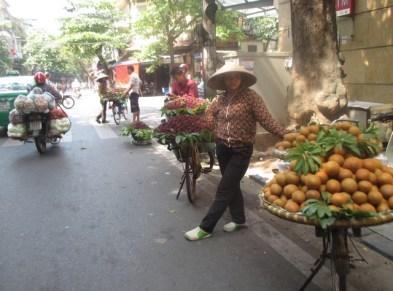 vendeuses de fruits à vélo hanoi