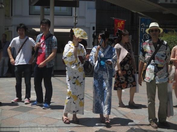 2 femmes timides en kimono