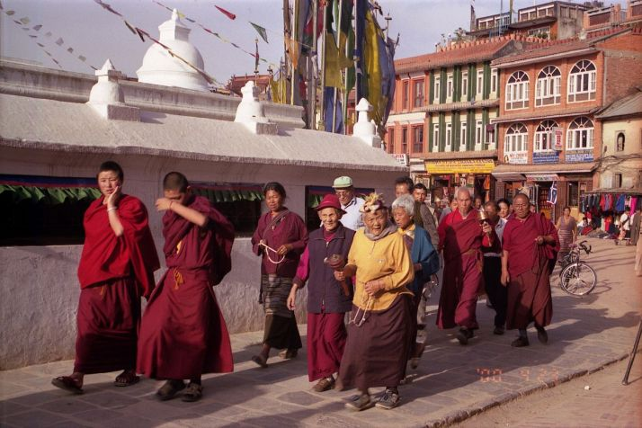 kathmandu-boudhanath-18-monks-and-pilgrims-circumambulate-stupa