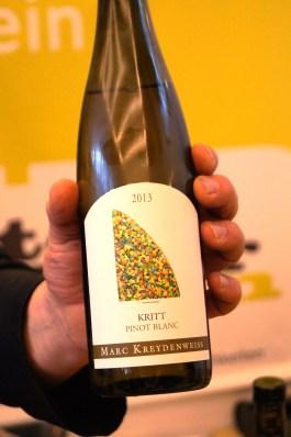 Hier z.B. ein Wein von Marc Kreydenweiss aus dem Elsass. Ein Familienbetrieb, der Vorreiter im Bereich Biodynamik ist. Bei diesem Wein hier handelt es sich um einen Pinot Blanc, also einen Weißburgunder. Ein Schluck machte defintiv Lust auf mehr. Ein super interessanter Wein, gern begleitend zu einem sommerlichen Essen auf der Terasse, den man aber auch nach dem Essen noch wunderbar weiter genießen kann.