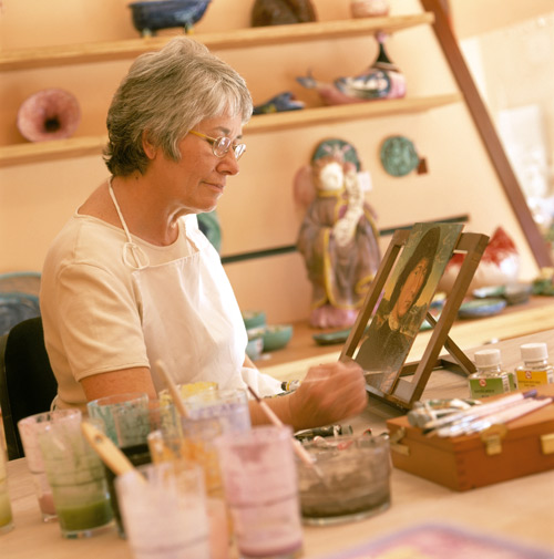 Fotografía de la artista mientras trabaja