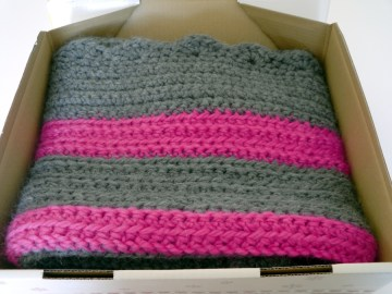 Wolldecke in grau und pink