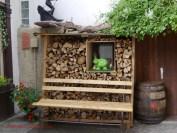Holzvorrat mit Kuh