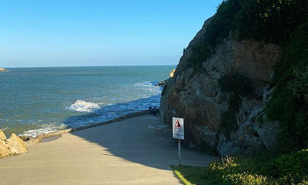 大漢據點旁的海浪