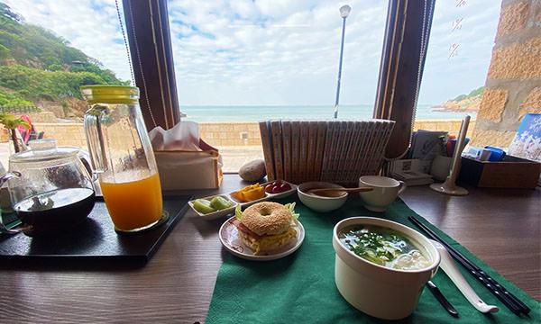 早餐與窗外的海景