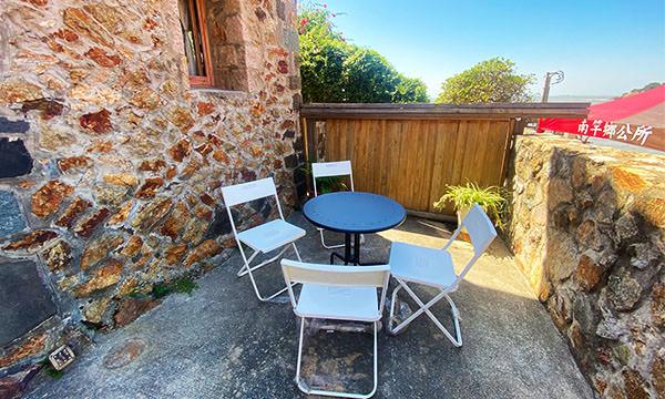 房間外的庭院有桌椅
