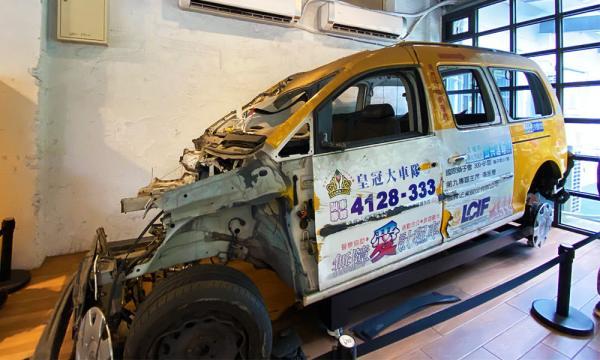 被撞壞的計程車