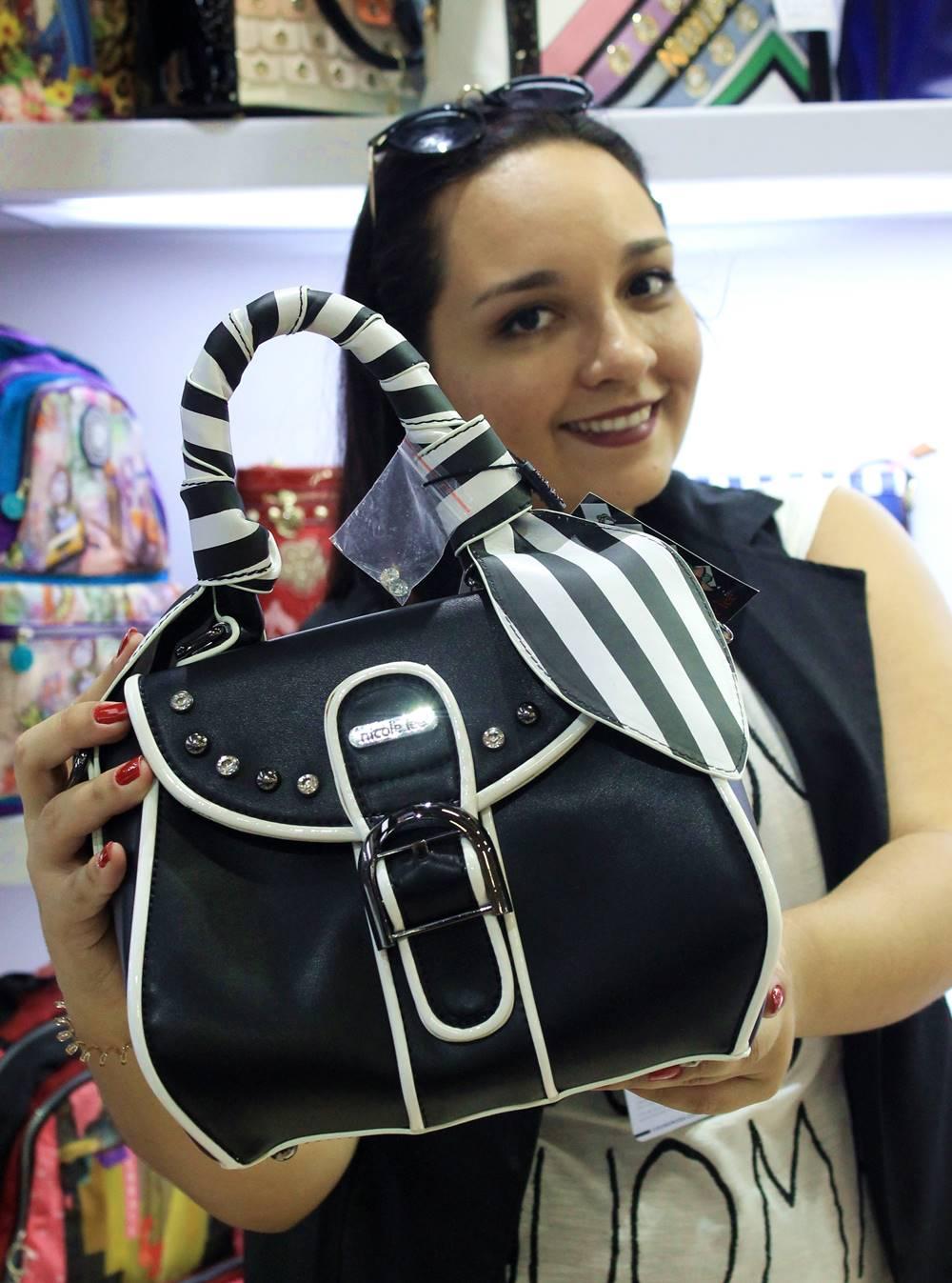 Carol Doria com bolsa Nicole Lee na Couromoda 2018