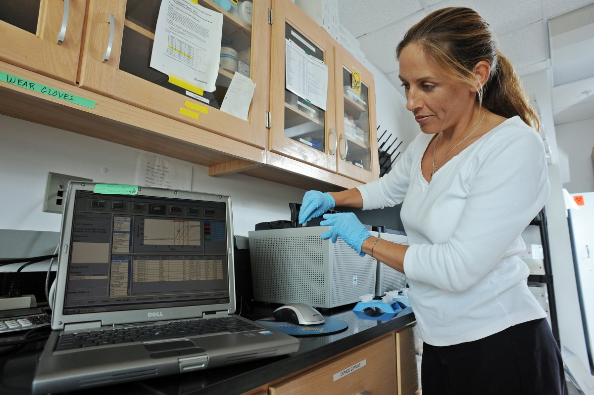 Rachel Nobel in lab