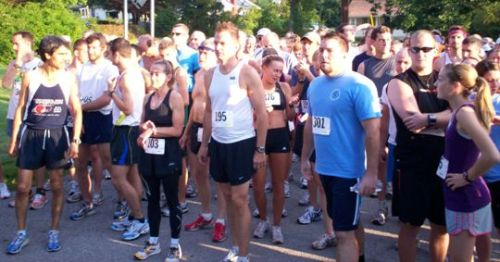 Runners Lining up for the 2009 Apple Festival 8k