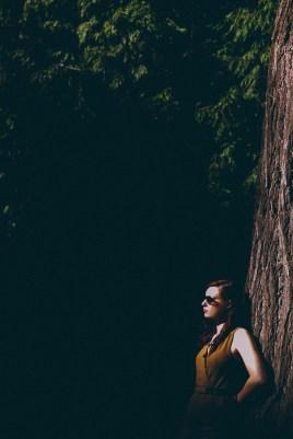 shooting femme posant contrat un arbre