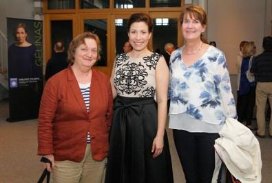 Caroline Gélinas en compagnie de mesdames Johanne Goyette (Présidente, ATMA Classique) et Guylaine Picard (Réalisatrice, Radio-Canada)