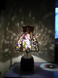 Customisation d'un abat-jour d'une lampe de chevet avec des perles récupérées.