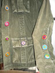 Customisation des boutons rosâtres avec de la peinture pour céramique.